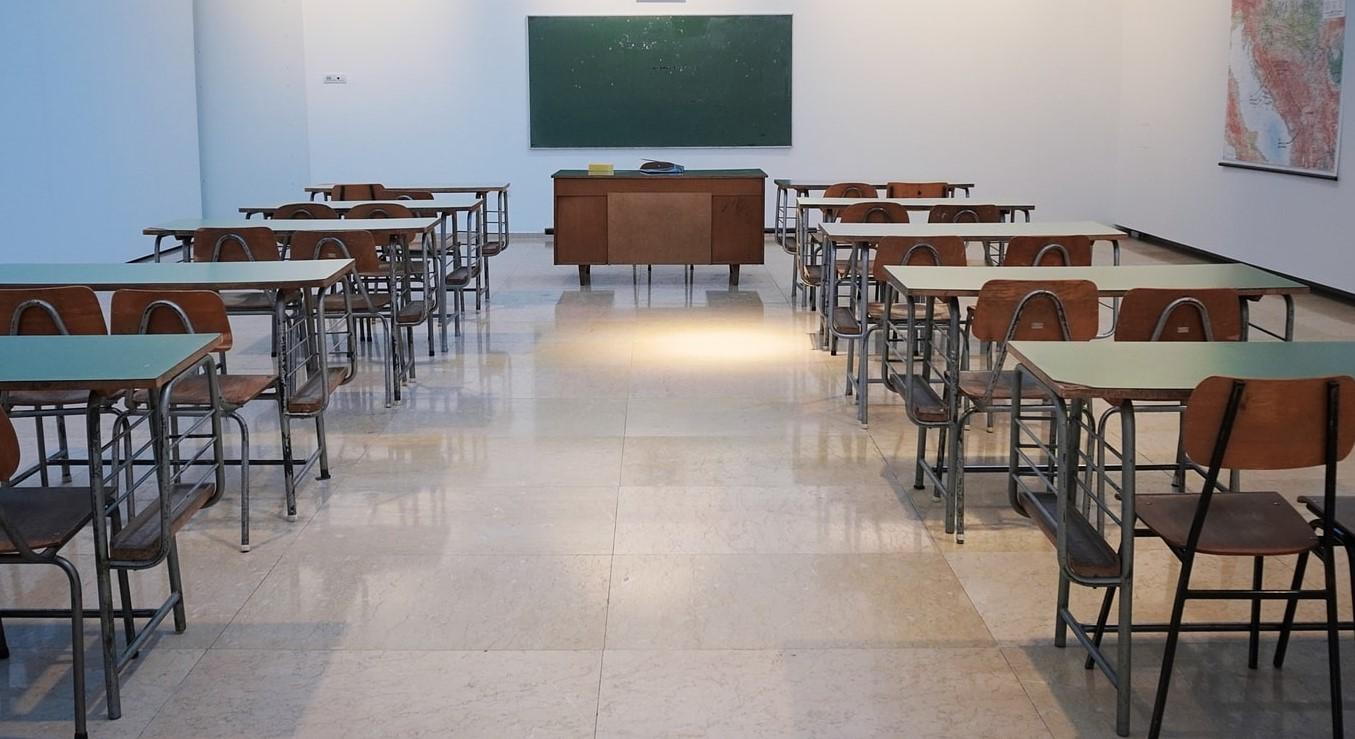 L'aula vuota di una delle scuole chiuse per l'emergenza coronavirus.