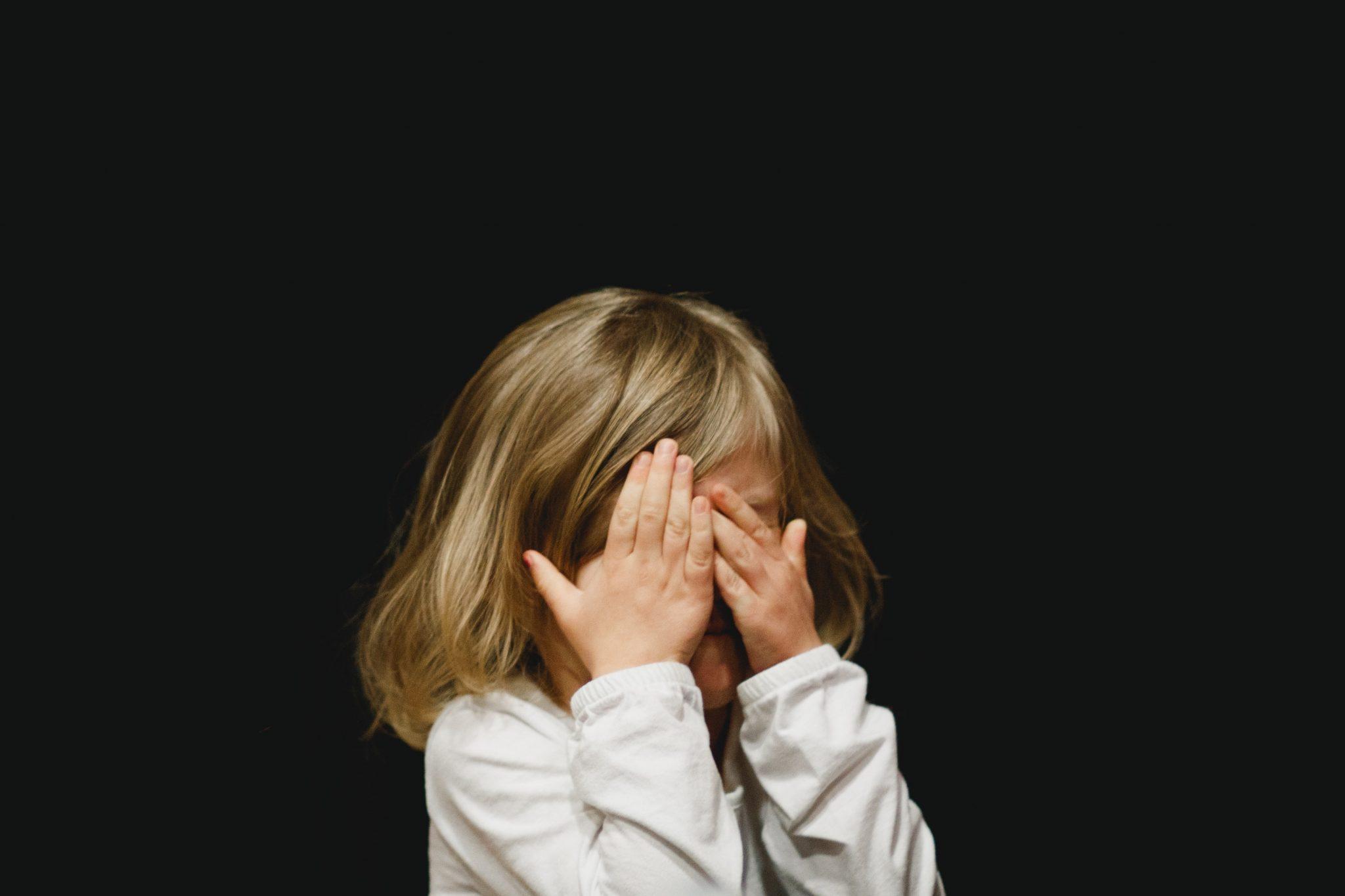 Denatalità: una bambina si copre gli occhi