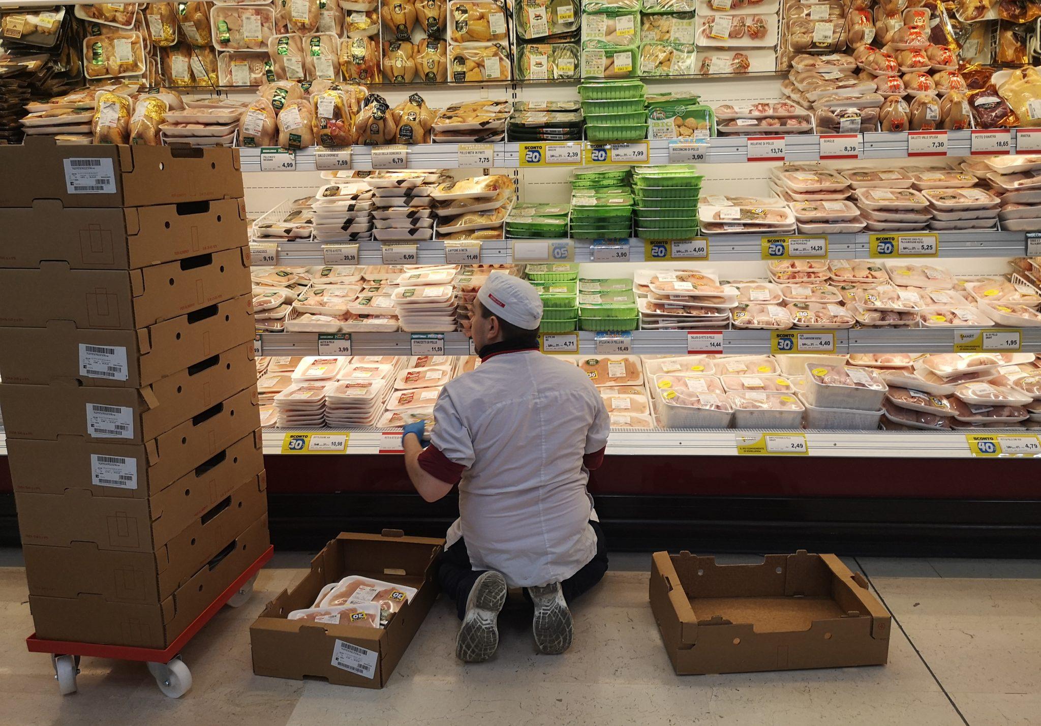 Uno dei lavoratori dei supermercati mentre rifornisce uno scaffale.