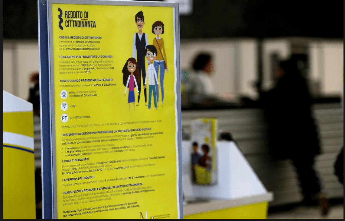 Un cartello esplicativo del reddito di cittadinanza.