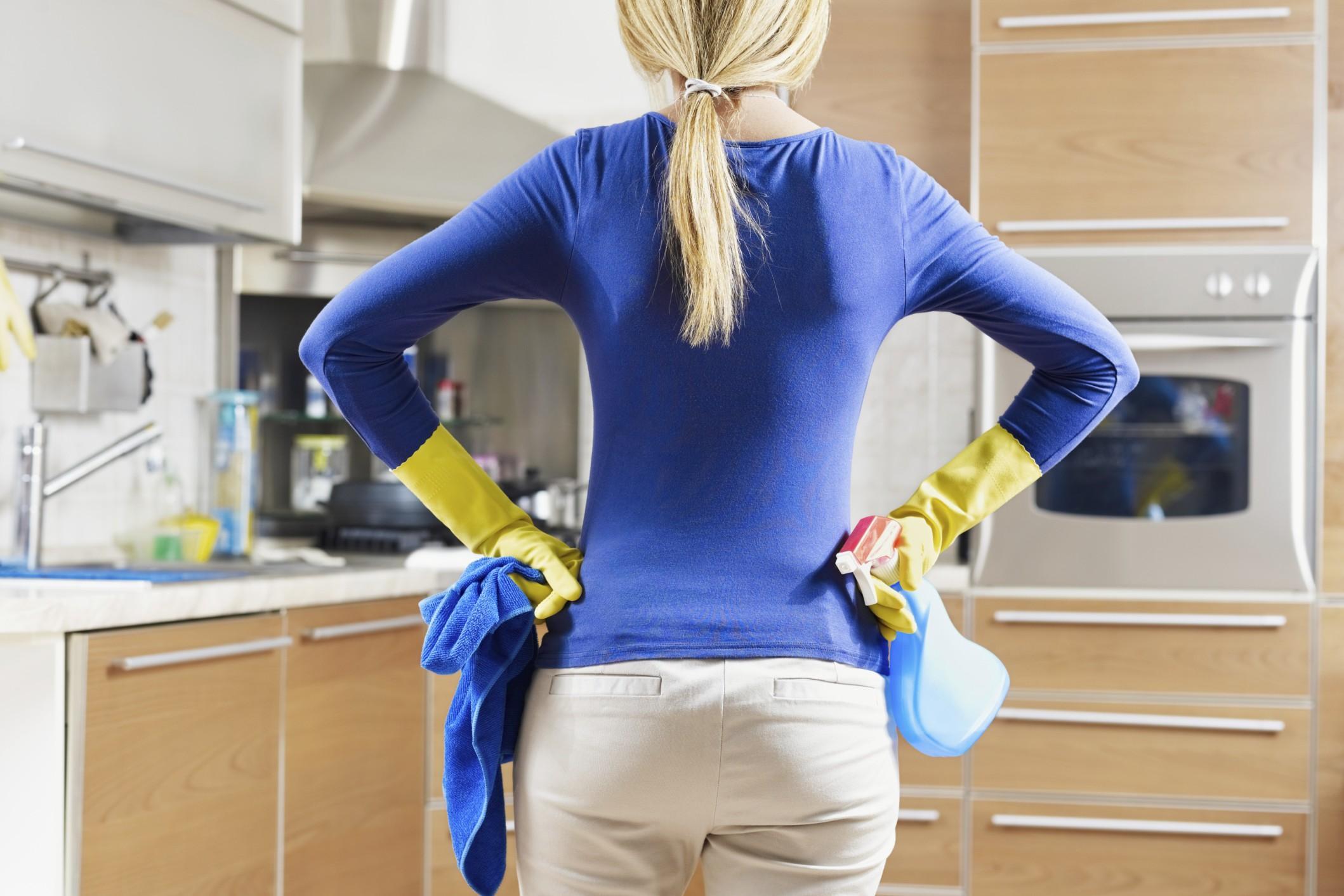 Una delle casalinghe di cui si parla nell'articolo, di fronte ai mille lavori di casa.