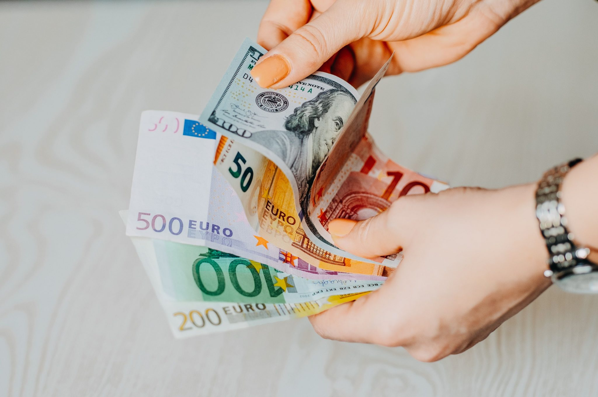 Banconote, che rappresentano il gender pay gap inverso: alcune donne, in Italia, guadagnano più degli uomini.