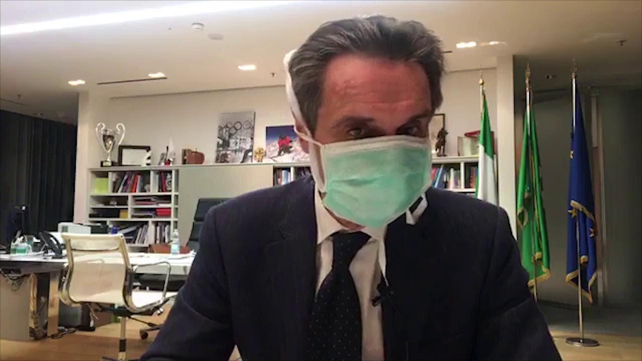 Era meglio un portavoce: la figuraccia di Attilio Fontana che indossa la mascherina durante un comunicato.