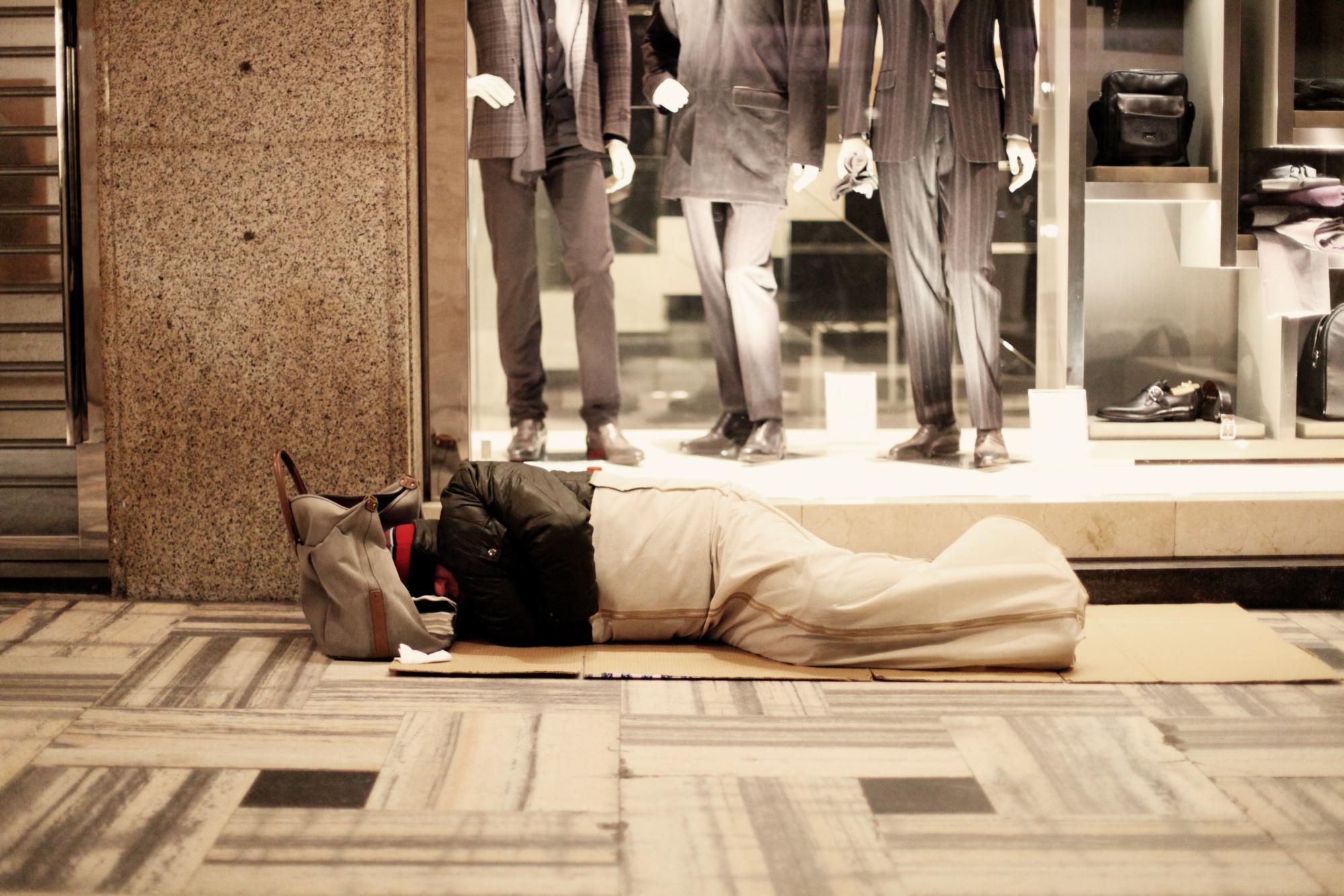 Milano, coronavirus: i primi colpiti sono senzatetto e migranti, come quello ritratto in foto