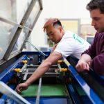Inclusione lavorativa: operai che lavorano fianco a fianco