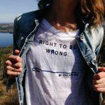"""Donne sbagliate: una donna con una maglietta """"Right to be wrong"""""""
