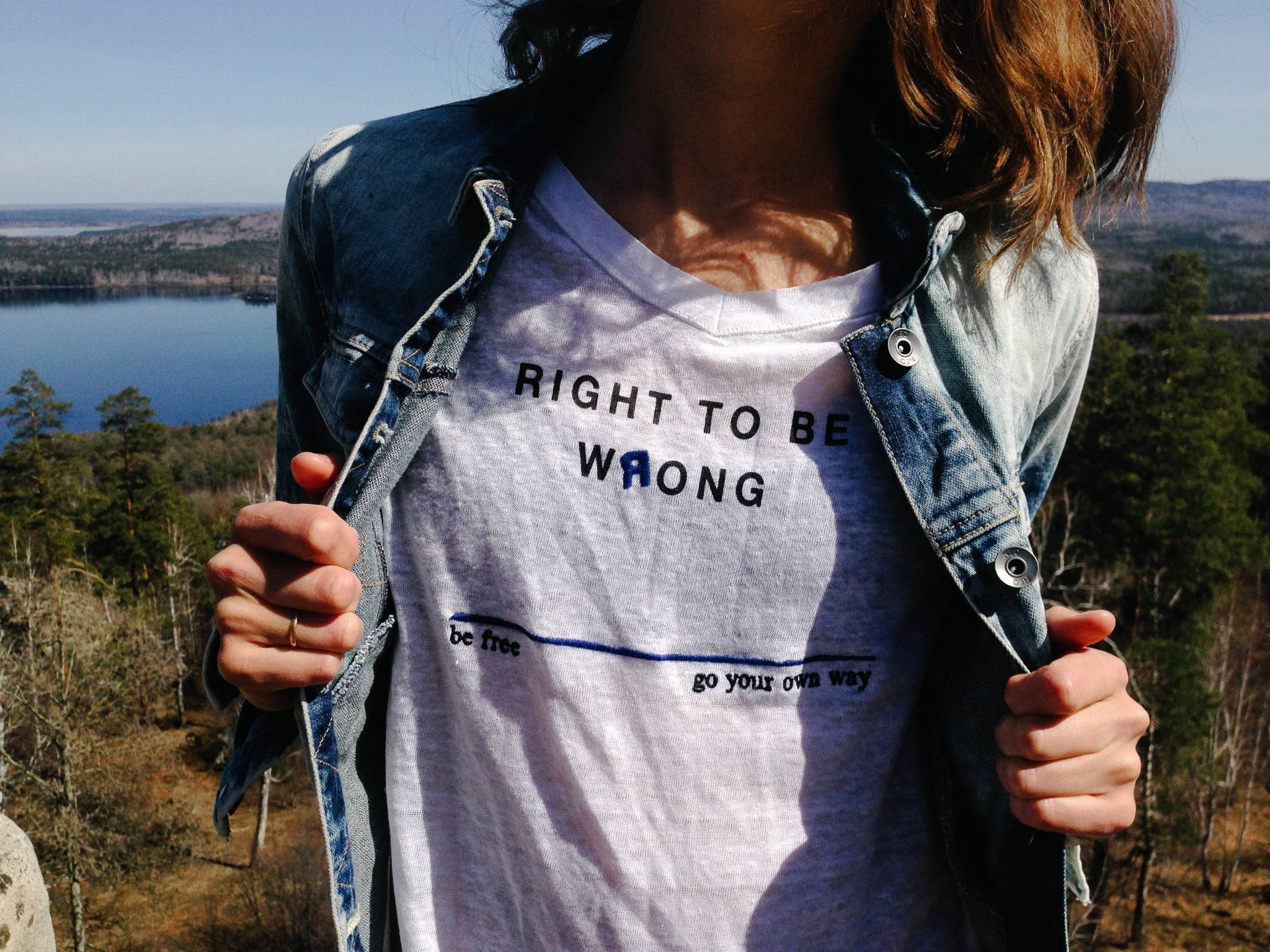 "Donne sbagliate: una donna con una maglietta ""Right to be wrong"""