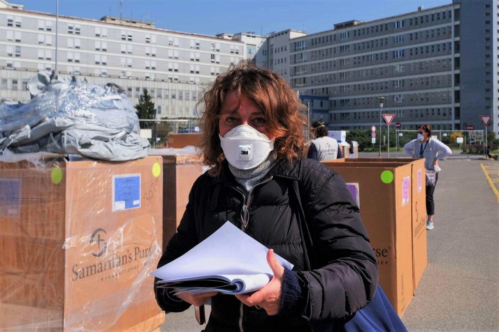 La cronaca ai tempi del coronavirus: una cronista impegnata in un servizio.