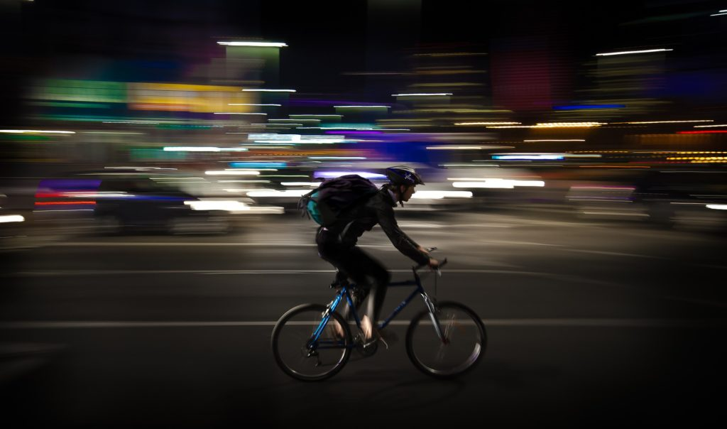 Uno dei riders che, mascherina o no, continuano a effettuare consegne nonostante l'epidemia.