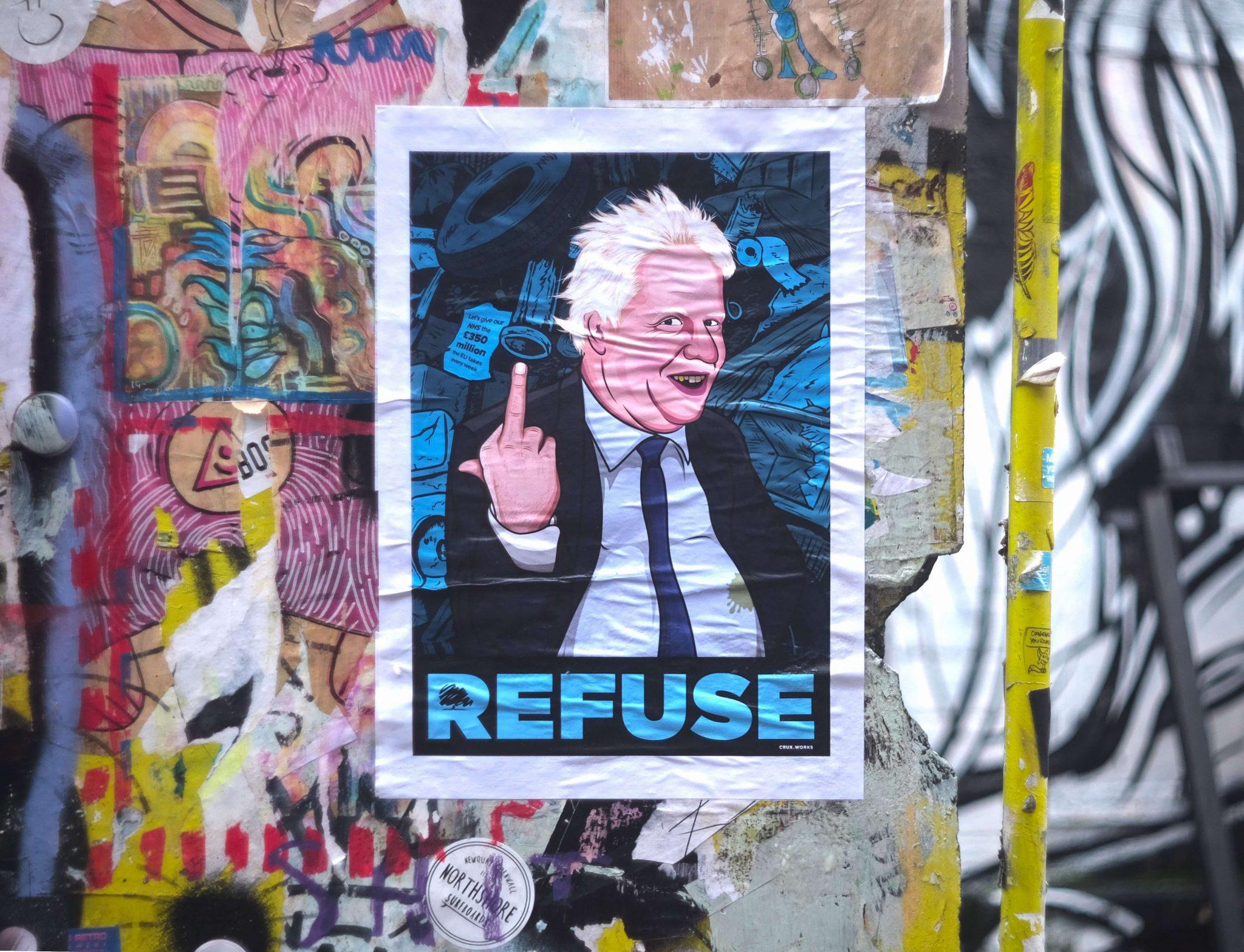 Londra non si piega al coronavirus: un manifesto caricaturale di Boris Johnson affisso nella capitale britannica