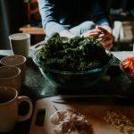 Stiamo mangiando di più a causa del coronavirus? In foto una tavola imbandita.