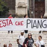 """Uno striscione del popolo della partita Iva, che recita: """"Non ci resta che piangere"""""""