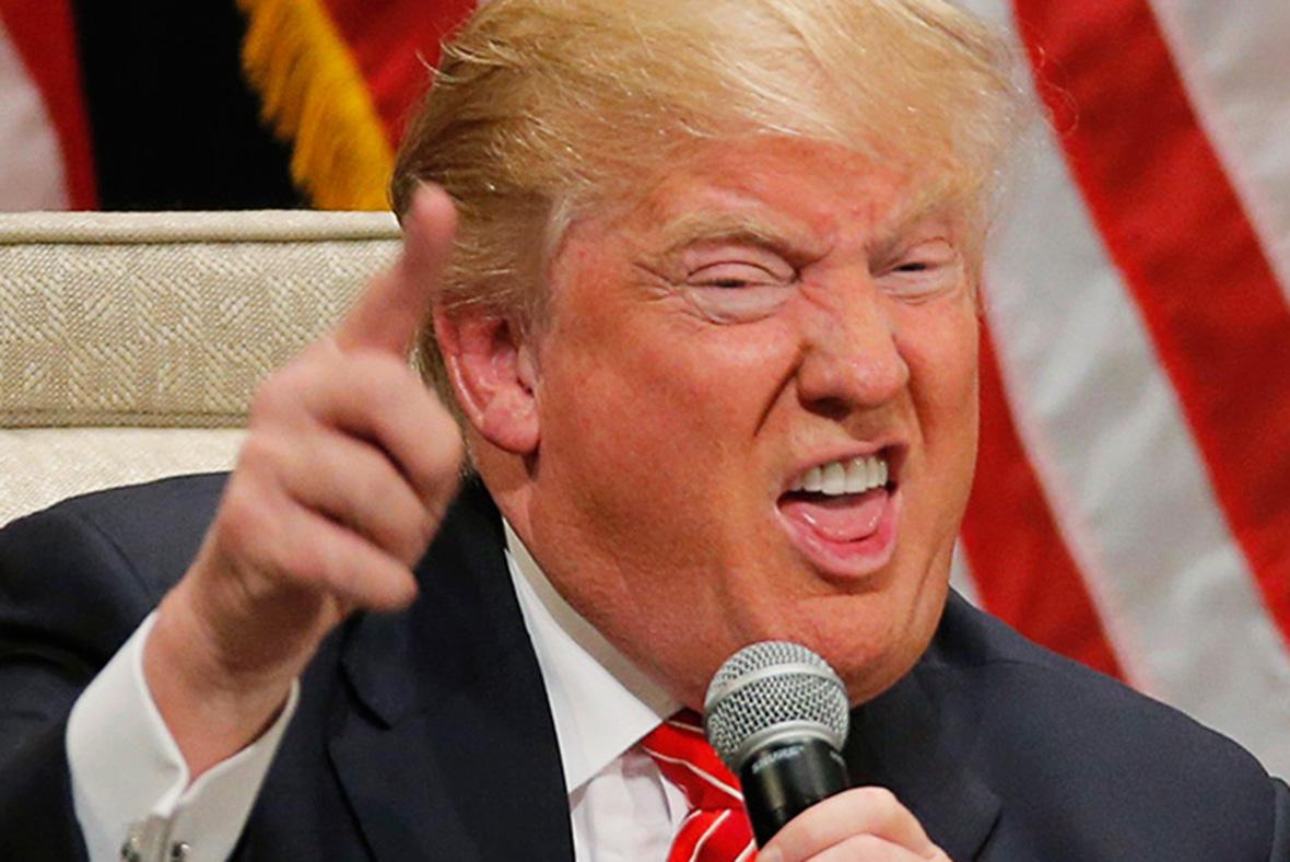 Il COVID-19 e le notizie che passano sotto silenzio: Donald Trump, rappresentato nella foto, ha allentato la stretta sui vincoli ambientali alle imprese.