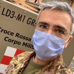 Fabio Rispoli, ufficiale medico della Croce Rossa Italiana, in mimetica e mascherina.