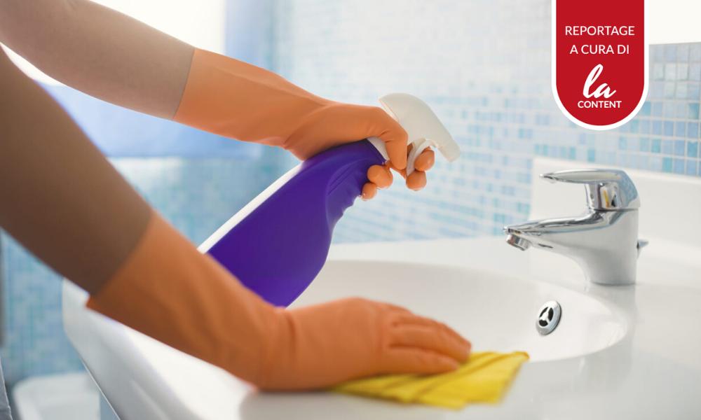 Uno degli spot televisivi dell'epoca COVID-19, che rappresenta un prodotto per la pulizia del bagno.