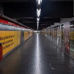 La galleria di una metropolitana vuota.