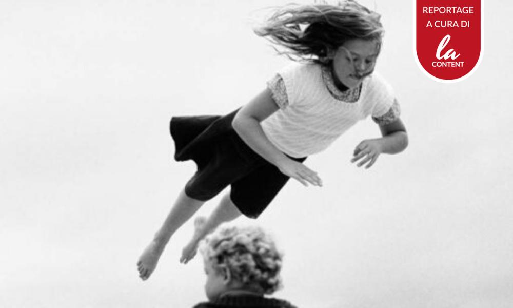 La foto di un'esposizione da uno dei tour virtuali di musei e mostre: una bambina che volteggia in aria.