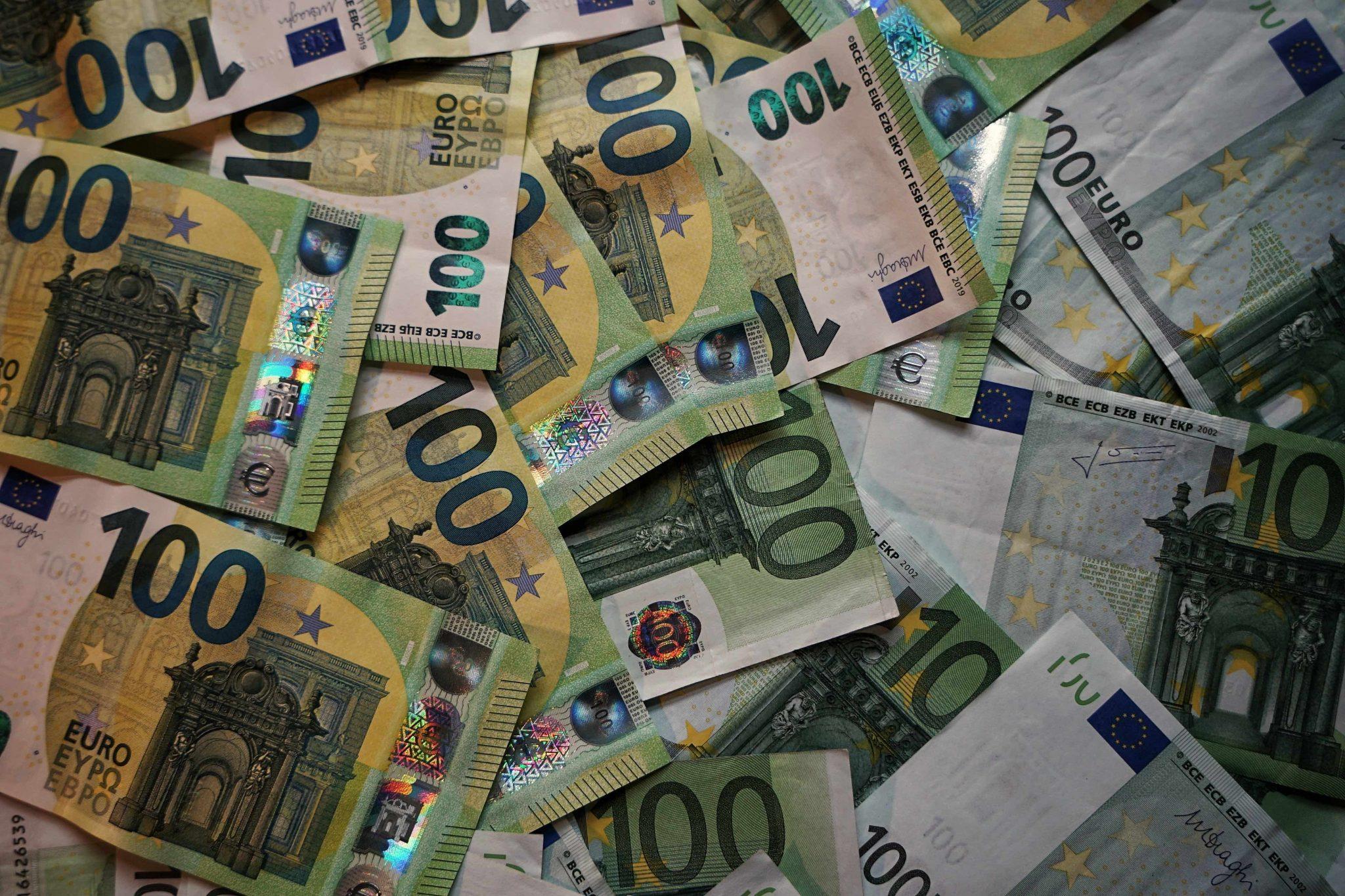 Partite Iva ricche: decine di banconote da cento euro.