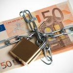 Non ti pago: una banconota da 50 euro bloccata da catene e lucchetto.