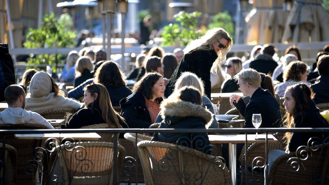 Motivate le preoccupazioni degli italiani in Svezia: nell'immagine, cittadini svedesi al ristorante durante la pandemia