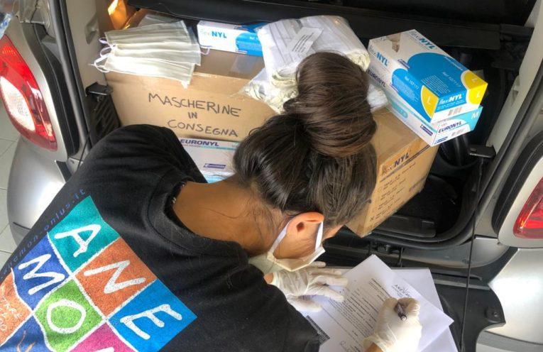 volontariato durante il COVID-19: na giovane volontaria in mascherina