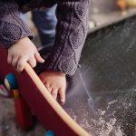 Asili nido privati: un bambino gioca con la sabbia