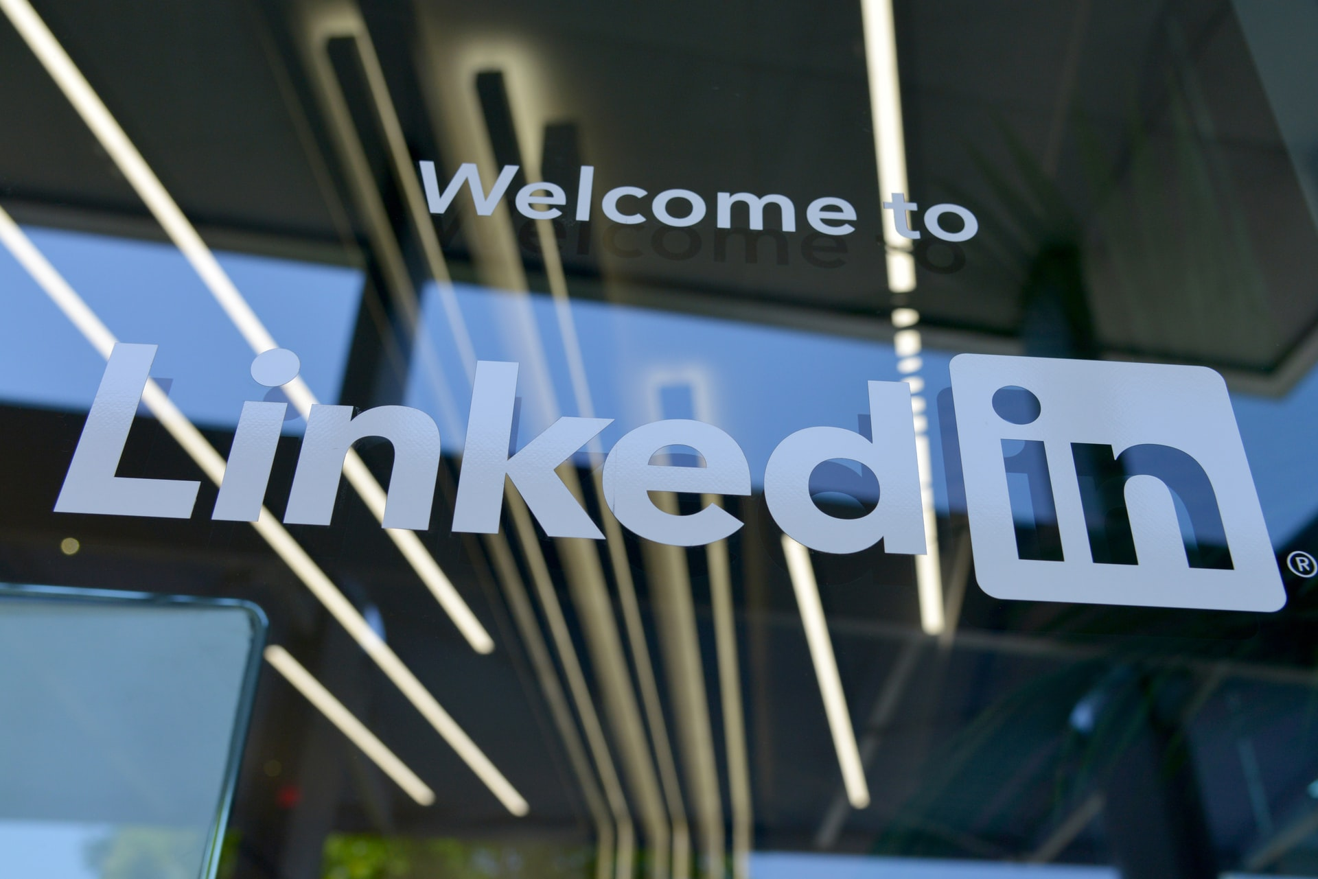 Welcome to LinkedIn, recita un'insegna su vetro.