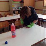 Sanificazione della scuola: una bidella pulisce un banco con l'alcool. E i professionisti delle aziende di pulizie?