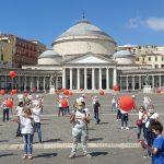 Il Movimento Nazionale Infermieri, armato di palloncini rossi, in piazza del Plebiscito il 15 giugno