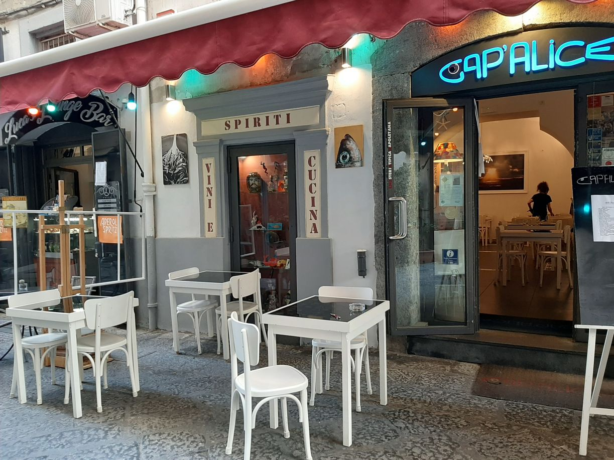 Esterno dell'enoteca Cap'Alice di Napoli