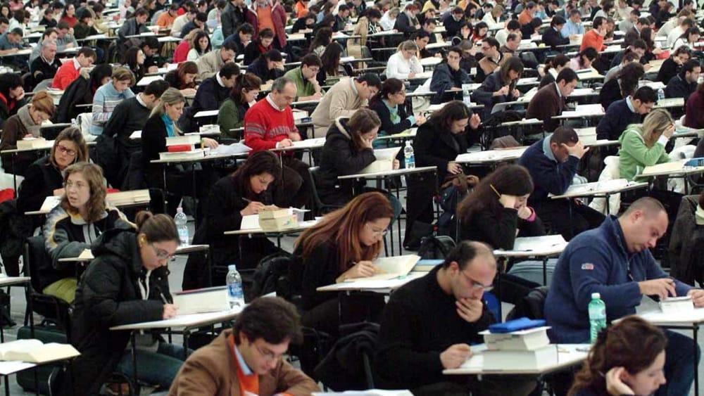 Esami per diventare avvocati in corso: diverse persone all'opera sugli scritti