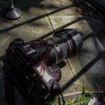 Fotoreporter sotto attacco: una macchina fotografica professionale insanguinata subito dopo un'aggressione
