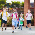 Centri estivi 2020: bambini corrono con mascherine