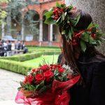 Una donna appena laureata, con corona d'alloro e bouquet.