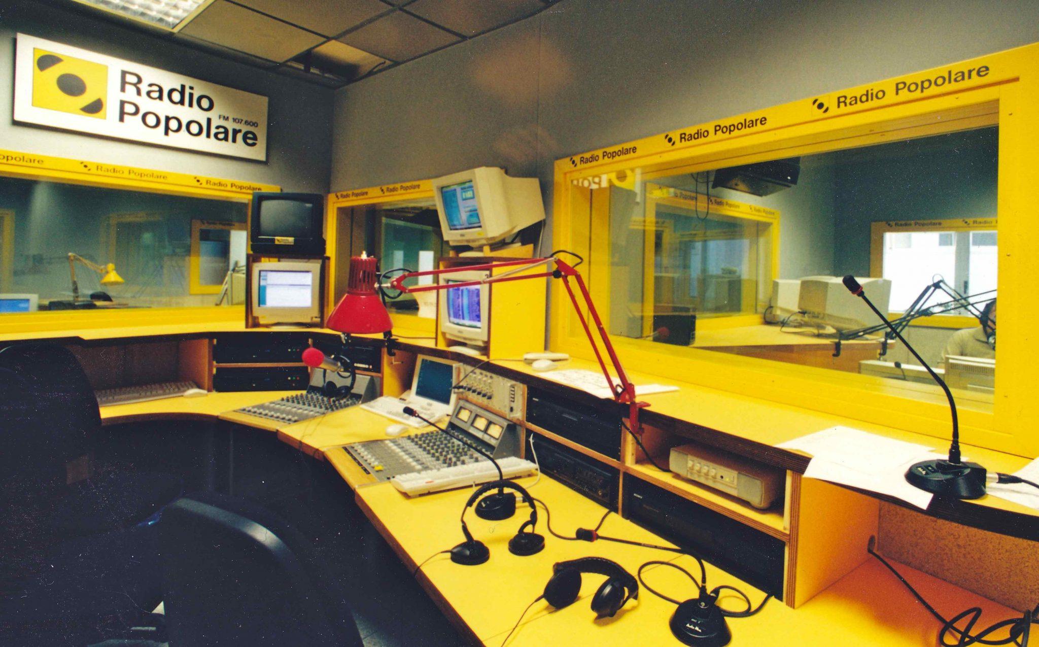 Lo studio di Radio Popolare, deserto a causa di uno sciopero dei collaboratori.