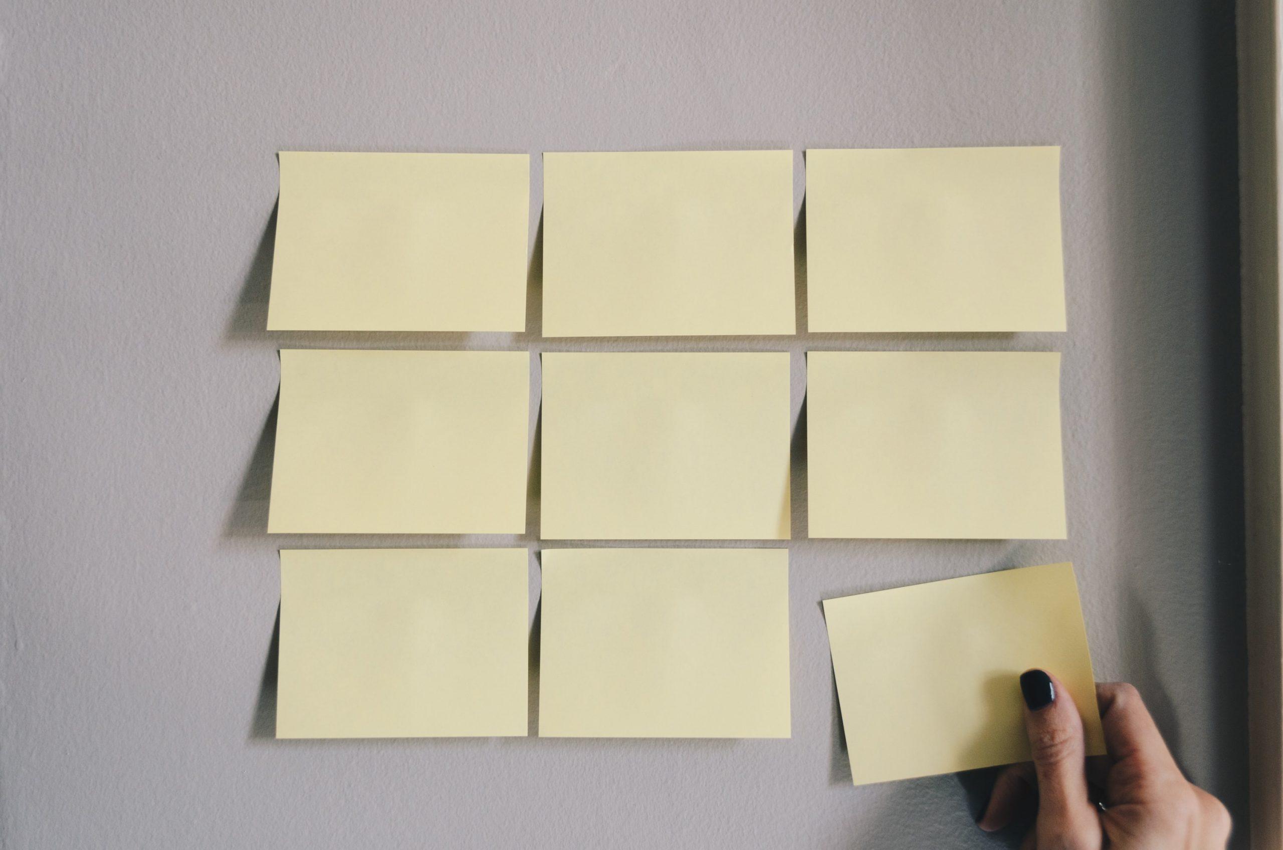 riorganizzazione del lavoro: dei post-it attaccati in righe e colonne, in disposizione ordinata.
