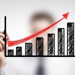 Un grafico che rappresenta un business plan 2021, con un uomo in camicia e cravatta sullo sfondo