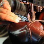 Mestieri del calzaturiero a rischio: un'orlatrice al lavoro