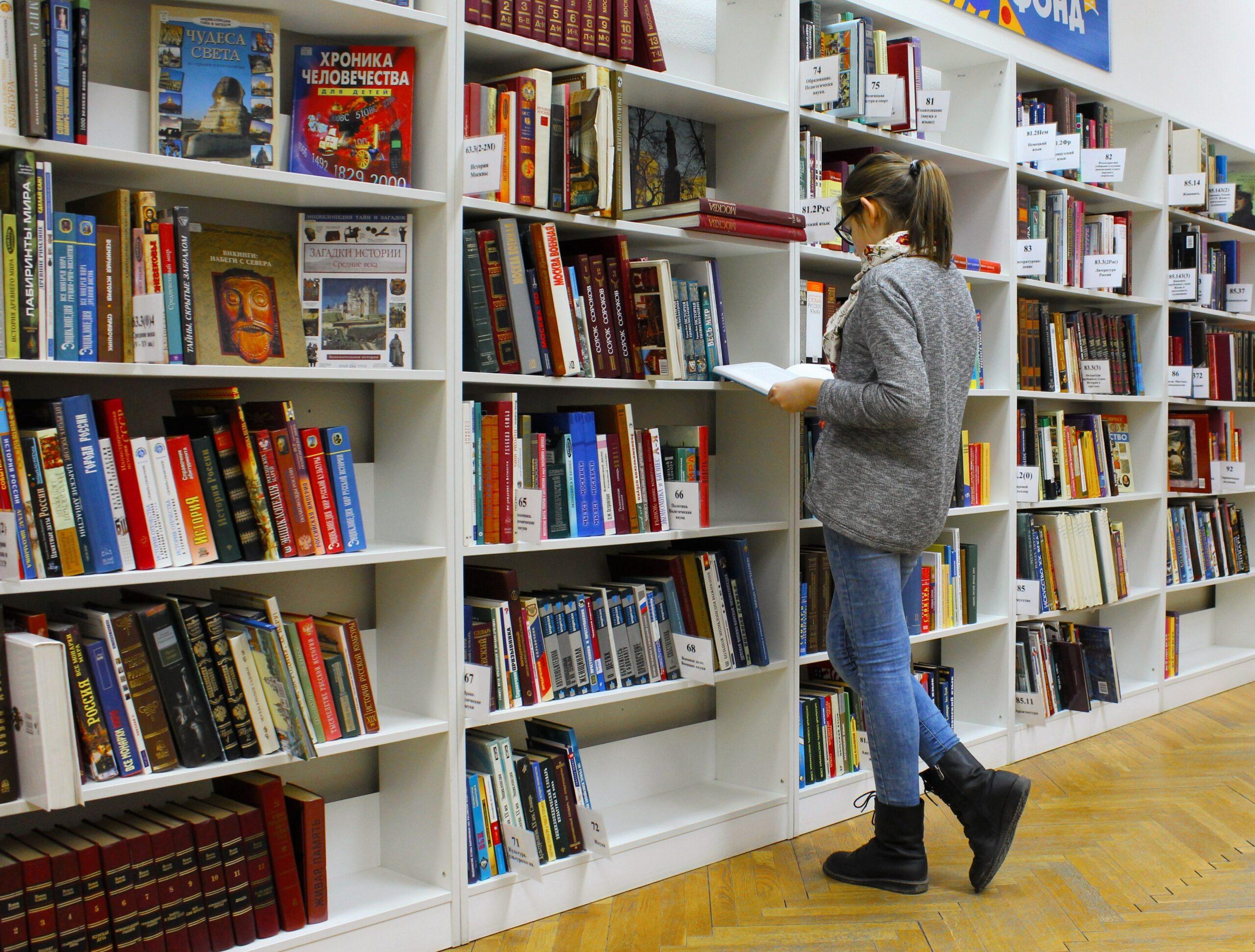 ragazza davanti alla libreria