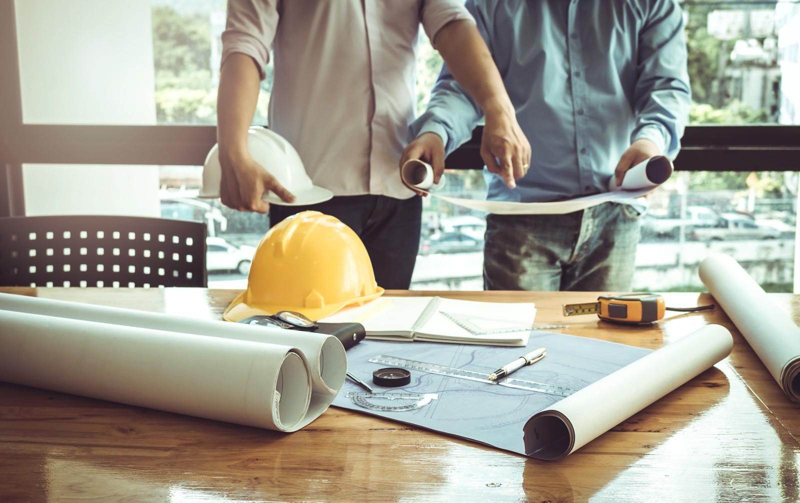 bonus edilizi, come funzionano? Due ingegneri discutono su dei progetti di ristrutturazione