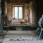 Superbonus 110%, degli operai ristrutturano il corridoio di un'abitazione
