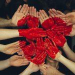La metafora del nuovo linguaggio del marketing, basato sull'amore: delle mani unite su cui è dipinto un cuore.