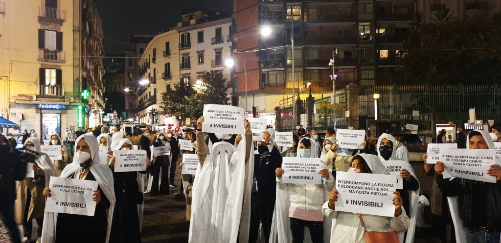 """Gli """"invisibili"""" del commercio in attesa dei ristori, nella loro manifestazione a Napoli."""