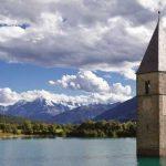 Burocrazia, il mostro che si annida in ogni campanile: nella foto, un campanile sommerso.