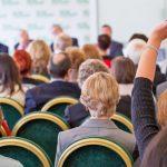 Democrazia deliberativa: dei cittadini partecipano alla discussione delle norme.