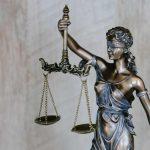 Linguaggio giuridico in forma plastica: la statua della Giustizia bendata