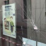 Mobbing in banca: la vetrina di una filiale presa a sassate.