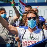 Una lavoratrice della Whirlpool Napoli in sciopero il 5 novembre.