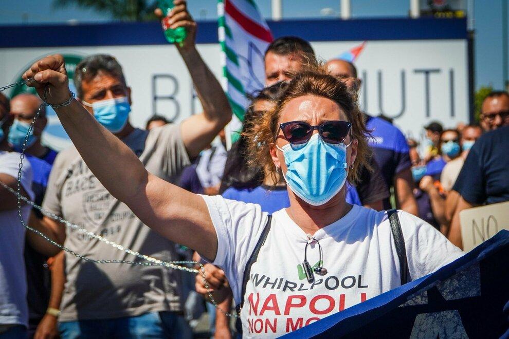 """""""Napoli non molla"""": il grido feroce dei lavoratori della Whirlpool"""