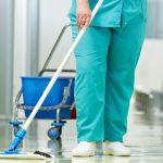Una degli addetti alle pulizie di un ospedale al lavoro.